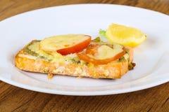 Salmoni cotti con il pesto Fotografia Stock Libera da Diritti