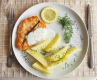 Salmoni cotti con la patata Fotografie Stock Libere da Diritti
