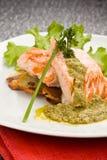Salmoni cotti con la salsa del basilico Immagini Stock Libere da Diritti