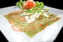 Salmoni cotti con la salsa e le erbe di wasabi shallow immagini stock libere da diritti