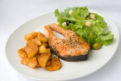 Salmone arrostito con lattuga Fotografie Stock