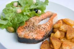 Salmoni cotti con lattuga 3 Fotografia Stock