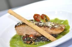 Salmoni cotti con salsa verde Fotografie Stock