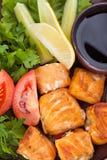 Salmoni cotti guarniti con il limone ed il pomodoro Immagine Stock Libera da Diritti