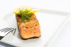 Salmoni cotti squisiti su una zolla bianca Immagine Stock Libera da Diritti