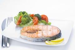 Salmone fresco cucinato con insalata Fotografia Stock