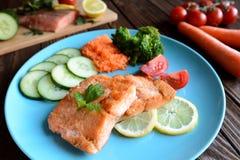 Salmoni fritti con la verdura Immagini Stock