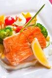 Salmoni fritti con le verdure fotografia stock