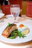 Salmoni fritti vaschetta con i fagioli verdi Fotografie Stock Libere da Diritti