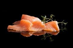 Salmoni lussuosi sul nero. Immagini Stock