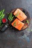 Salmoni Pesci di color salmone freschi Filetto di pesce di color salmone crudo fotografia stock libera da diritti