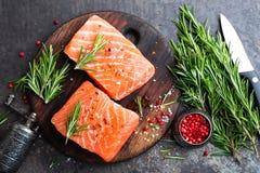 Salmoni Pesci di color salmone freschi Filetto di pesce di color salmone crudo fotografie stock libere da diritti