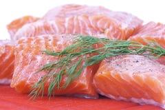 Salmoni sulla scheda di taglio Immagini Stock
