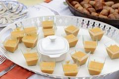 salmorejo点心盘子在加调料的口利左香肠和鲥鱼内圆角旁边的 免版税库存照片
