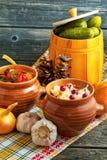 Salmueras en un fondo de madera Chucrut, salmueras, tomates conservados en vinagre, champiñones secados Fotografía de archivo