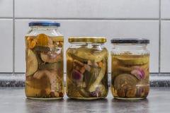 Salmueras en vidrios transparentes en la cocina foto de archivo libre de regalías