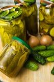 Salmueras o pepinos con el calabacín con la especia del curry Foto de archivo