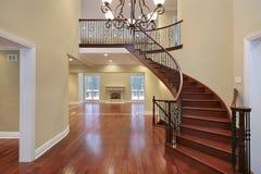 Salón con el balcón y la escalera curvada Foto de archivo libre de regalías