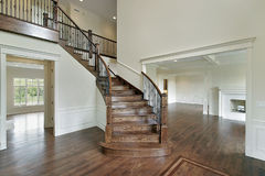 Salón con la escalera de madera Foto de archivo libre de regalías