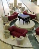Salón con sofás y un piano Fotos de archivo
