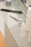 Salón del peluquero con el peine y las tijeras Imágenes de archivo libres de regalías