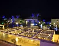 Salón mediterráneo del centro turístico en la noche Imágenes de archivo libres de regalías