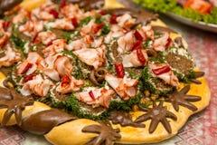 Salo用黄瓜和胡椒在一个木板 食物传统乌克兰语 免版税库存图片