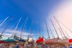SALO, ИТАЛИЯ - 24-ОЕ ФЕВРАЛЯ 2019: Плавающ пестротканые шлюпки готовые для запускать после хранения зимы стоковая фотография rf