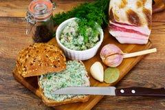 Salo, carne de porco com alho, aneto e multi pão da grão fotografia de stock