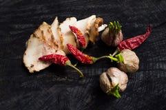 Salo con las especias, el ajo y la pimienta roja Fotografía de archivo