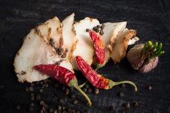 Salo con las especias, el ajo y la pimienta roja Fotografía de archivo libre de regalías