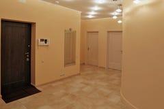 Salão de entrada do design de interiores em um apartamento de estúdio Imagens de Stock