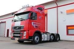 Röda Volvo FH 500 åker lastbil Arkivbild