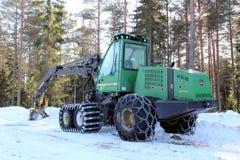 Fahrbare Erntemaschine durch Waldaufzeichnenstandort Lizenzfreie Stockbilder