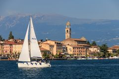 Salo på sjön Garda, Italien med en fartygkorsning fotografering för bildbyråer