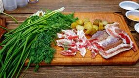 Salo Schweinefett des gesalzenen Schweinefleisch mit Zwiebel auf einem hölzernen Brett Lizenzfreie Stockfotografie