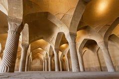 Salão vazio da mesquita persa velha Vakil com colunas altas Fotos de Stock