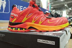 Salomon mette in mostra le scarpe Immagine Stock
