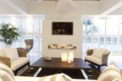 Salon élégant avec une cheminée photo stock