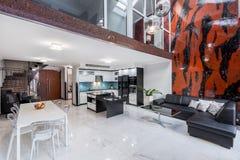 Salon élégant en appartement photographie stock