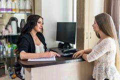 Salon administracja komunikuje z klientem zdjęcie stock