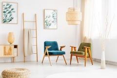 Salon avec de rétros fauteuils photos stock