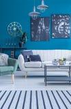Salon avec des peintures photos stock
