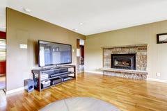 Salon avec la cheminée d'équilibre et la TV en pierre Photo libre de droits