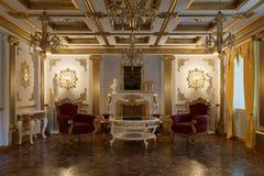 Salon avec la cheminée dans le rendu classique du style 3d Photos stock