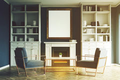 Salon avec la cheminée, fauteuils bleus, modifiés la tonalité Image libre de droits