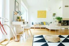 Salon avec la peinture d'or Photo stock