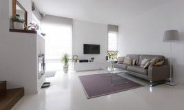 Salon avec la table en cuir de sofa et en verre photographie stock libre de droits