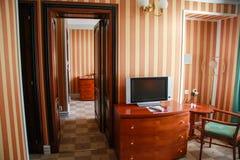 Salon avec le coffre des tiroirs et du poste TV Photo libre de droits