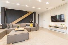 Salon avec le divan photos stock